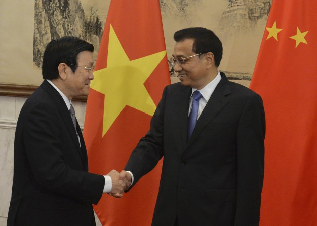 Vietnamese President Tan Sang shakes hands with Chinese Premier Li at Diaoyutai State Guest House in Beijing