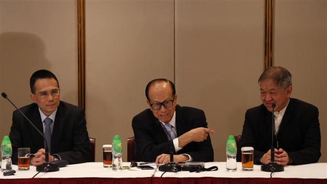 Hutchison Whampoa Deputy Chairman Victor Li, Chairman Li Ka-shing and Group Managing Director Canning Fok attend a news conference in Hong Kong