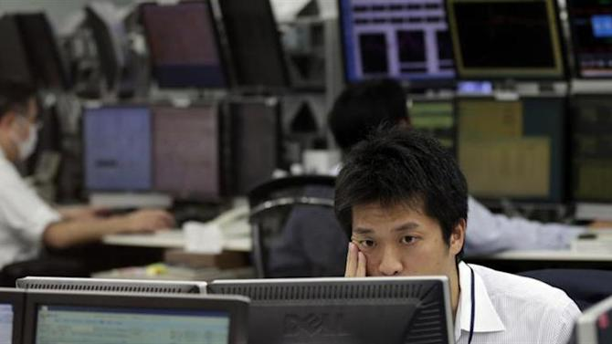 Eemployees of a foreign exchange trading company look at monitors in Tokyo April 8, 2013. REUTERS/Toru Hanai/Files