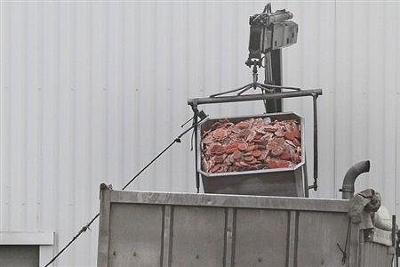 A dump truck is filled up with blocks of meat at French meat processor Spanghero&#39;s factory in Castelnaudary near Toulouse, southwestern France, February 15, 2013. REUTERS/Jean-Philippe Arles