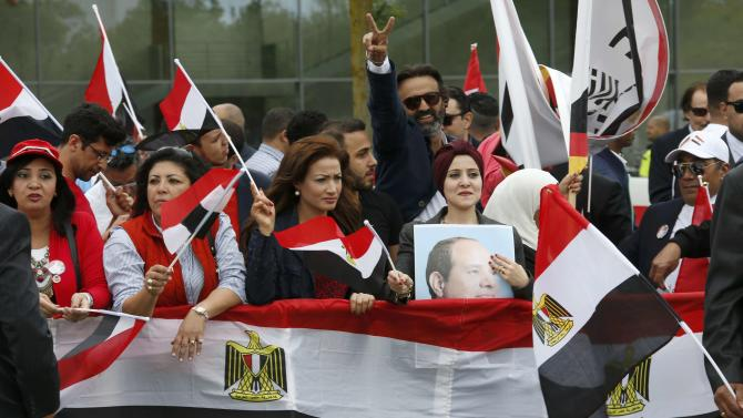 Supporters of Egypt's President Sisi await his arrival opposite the Chancellery in Berlin