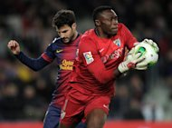 Malaga&#39;s Cameroonian goalkeeper Carlos Kameni vies with Barcelona&#39;s midfielder Cesc Fabregas during the Spanish Copa del Rey (King&#39;s Cup) quarter-final football match FC Barcelona vs Malaga CF at the Camp Nou stadium in Barcelona on January 16, 2013. The game ended in a draw 2-2