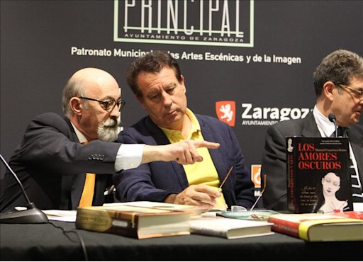 El  jefe de Patrimonio cultural del Ayuntamiento de Zaragoza, Antonio Mostalac (izq.), conversa con el consejero de Cultura del consistorio Jernimo Blasco, durante la presentacin del ganador de la novena edicin del Premio Internacional de Novela Histrica &quot;Ciudad de Zaragoza&quot;. EFE