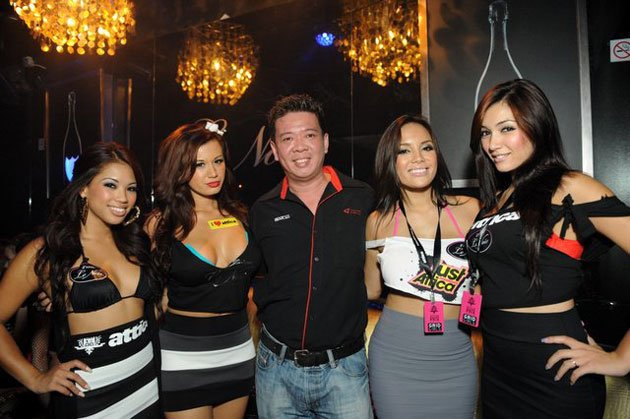 Simon Foo (centre) with some race queens of SIN. (Three Angles Production photo)
