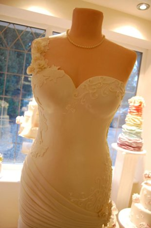 How much would you pay for a wedding dress cake? Over $9000? (Facebook)