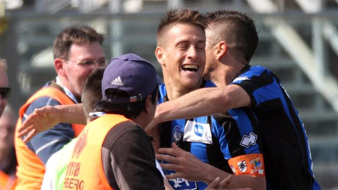 Atalanta's German Denis, center, of Argentina, celebrates with teammates after scoring during a Serie A soccer match against Sampdoria in Bergamo, Italy, Sunday, March 16, 2014