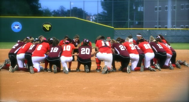 The Cinco Ranch and MacArthur softball teams join in a prayer circle &#x2014; Twitter