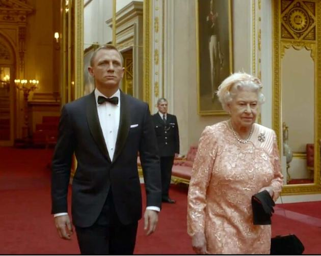La Reina Isabel recibe a James Bond