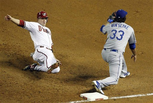 Capuano wins 6th, Dodgers beat Diamondbacks 6-1