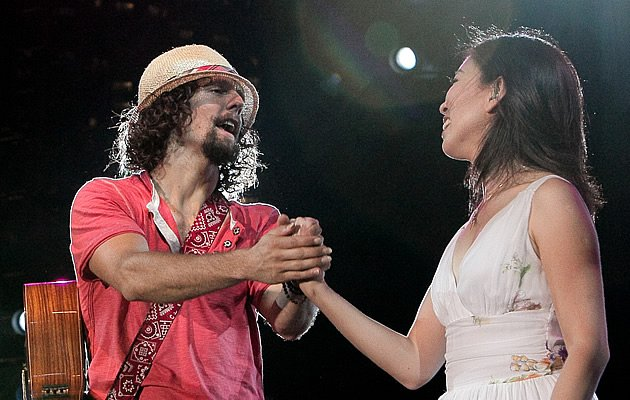 "Jason Mraz and Corinne May perform ""Lucky"" (Photo courtesy of Warner Music)"