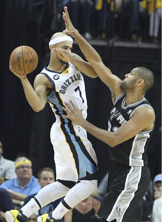 LWS148. Memphis (United States), 25/05/2013.- Memphis Grizzlies player Jerryd Bayless (L) tries to pass the ball against San Antonio Spurs player Tim Duncan (R) in the second half of their NBA basketb