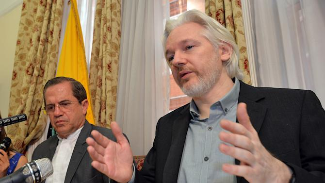 WikiLeaks founder Julian Assange (R) with Ecuador's Foreign Minister Ricardo Patino (L) during a press conference inside the Ecuadorian Embassy in London on August 18, 2014
