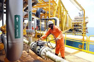 Worker inspects facilities on oil drilling platform…