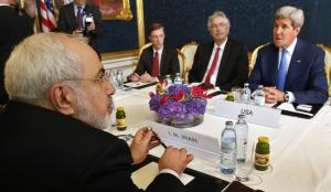 Iran Foreign Minister Javad Zarif (L) holds a meeting…