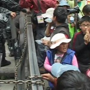 Police clash with children in La Paz during protest