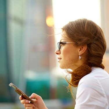 Pretty-young-business-woman-using-mobile-phone_web