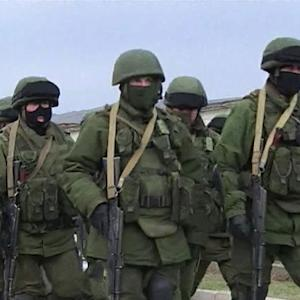 Russian troops tighten grip on Crimea peninsula