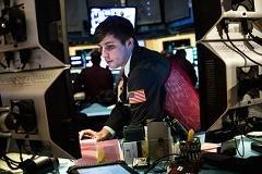 Wall Street fights to keep young, restless analysts