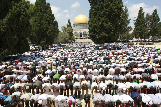 Palestinians pray at the Al Aqsa Mosque in Jerusalem, on the second Friday of the Muslim holy month of Ramadan, Friday Aug. 12, 2011. Muslims around the world are observing the holy fasting month of Ramadan where they refrain from eating, drinking, smoking from dawn to dusk. (AP Photo / Nasser Shiyoukhi)