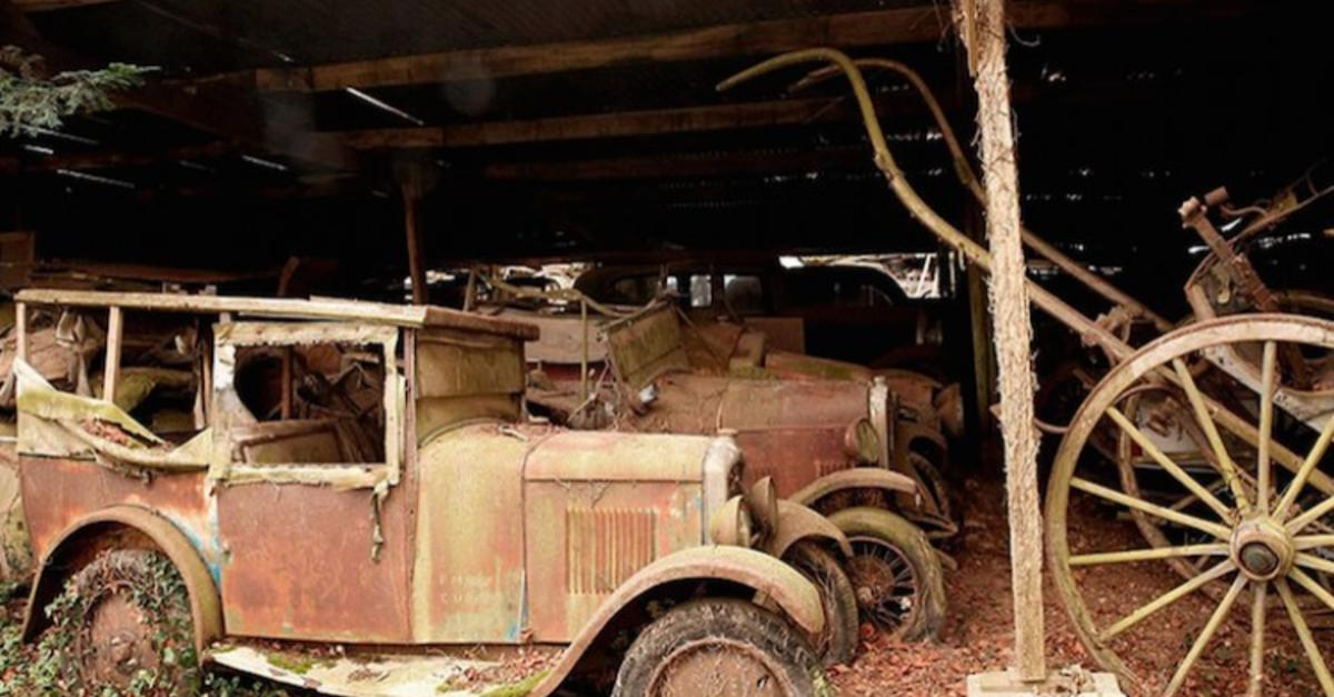 17 Eerie Pics Of Priceless Antique Cars in France