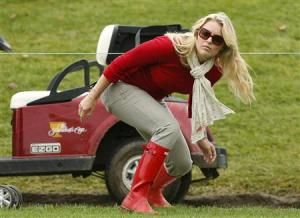 Tiger Wood's girlfriend Lindsey Vonn ducks under a rope during the Singles matches for the 2013 Presidents Cup golf tournament at Muirfield Village Golf Club in Dublin