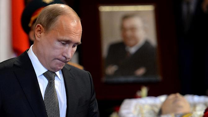 Russian President Vladimir Putin pays his respects beside the coffin of former prime minister Yevgeny Primakov during a memorial service in Moscow on June 29, 2015