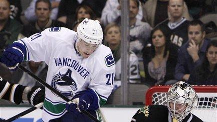 Schneider, Raymond lead Canucks past Stars