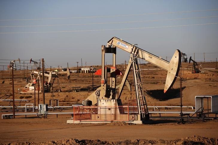Oil falls as U.S. crude stockpiles set for another high