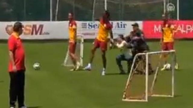 Drogba: Kommt ein Fan geflogen...