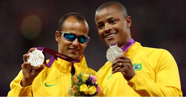 Lucas Prado e seu guia Justino Barbosa exibem medalha de prata conquistada na Olimpada de Londres. (Foto: Reproduo Internet)