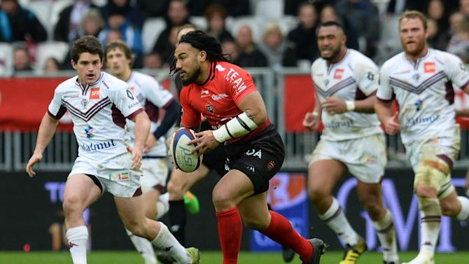 Toulon's New Zealand centre Ma'a Nonu (C) runs with the ball during a French Top 14 rugby union match against Bordeaux-Begles on February 14, 2016