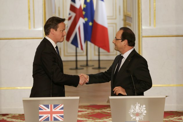 France's President Hollande aand Britain's Prime Minister Cameron shake hands after a news conference at the Elysee Palace in Paris