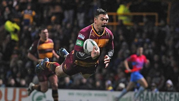 Danny Brough's late try helped Huddersfield move into second place