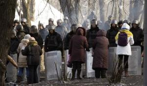 Ukranian women talk with riot police at the site of clashes in Kiev