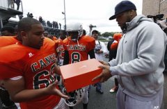 Lions defensive tackle Ndamukon Suh donates football gear to Detroit Douglass High