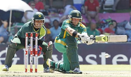 Pakistan's wicket keeper Akmal watches South Africa's Ingram as he plays a shot during their One day International cricket match in Bloemfontein