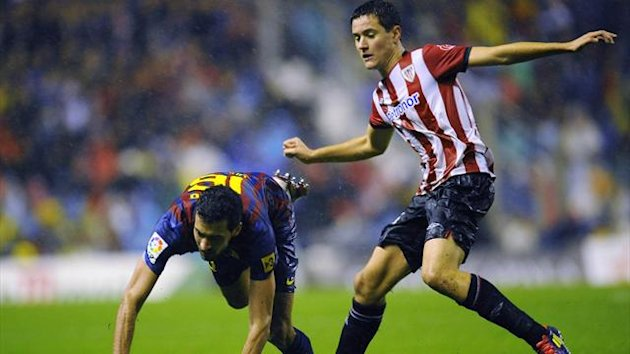 Athletic Bilbao's Ander Herrera (R) fights for the ball with Barcelona's Sergio Busquets (Reuters)