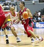 LA Tenorio being guarded by JVee Casio. (PBA Images)