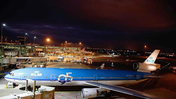 SCH03. Schiphol (Netherlands), 26/10/2014.- A special welcome ceremony for the KLM McDonnell Douglas MD-11 aircraft after the last commercial flight (from Montreal to Schiphol) at Schiphol Airport, near Amsterdam, The Netherlands, 26 October 2014. The Dutch carrier is the last to operate the tri-holer on passenger flights and will retire it by the end of the year. The fleet has been slowly reduced over the past year, with aircraft being sent to desert storage locations for part-out. (Holanda) EFE/EPA/BAS CZERWINSKI