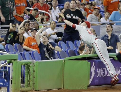 Howard helps Phils ends 5-game skid by beating Marlins 6-2