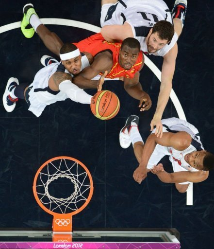 US forward Carmelo Anthony (L) reaches for the ball with Spanish centre Serge