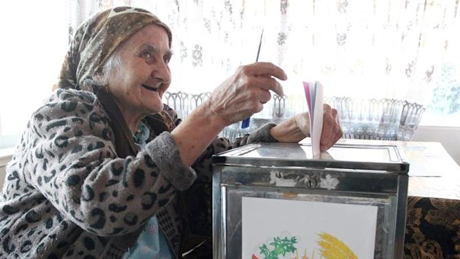 KOV02. Arzob (Tajikistan), 01/03/2015.- A Tadjik woman casts her ballot in her home during early Tajikistan parliamentary voting in the village of Arzob, some 25 kms from Dushanbe, Tajikistan, 01 March 2015. Polls opened in Tajikistan, as the Central Asian country elected a new parliament. Polls remain open until 8 pm (1500 GMT) and results were expected to be published 02 March. (Elecciones, Tadjikistan) EFE/EPA/IGOR KOVALENKO