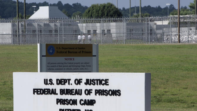 Federal prisons urged to grant more early releases