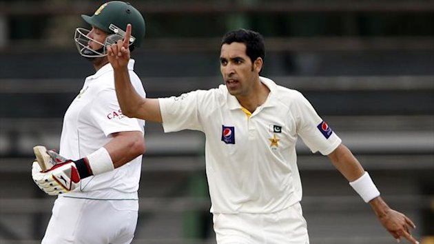 Umar Gul of Pakistan celebrates the wicket of South Africa's Jacques Kallis in the first Test at the Wanderers, February 1 2013 (Reuters)