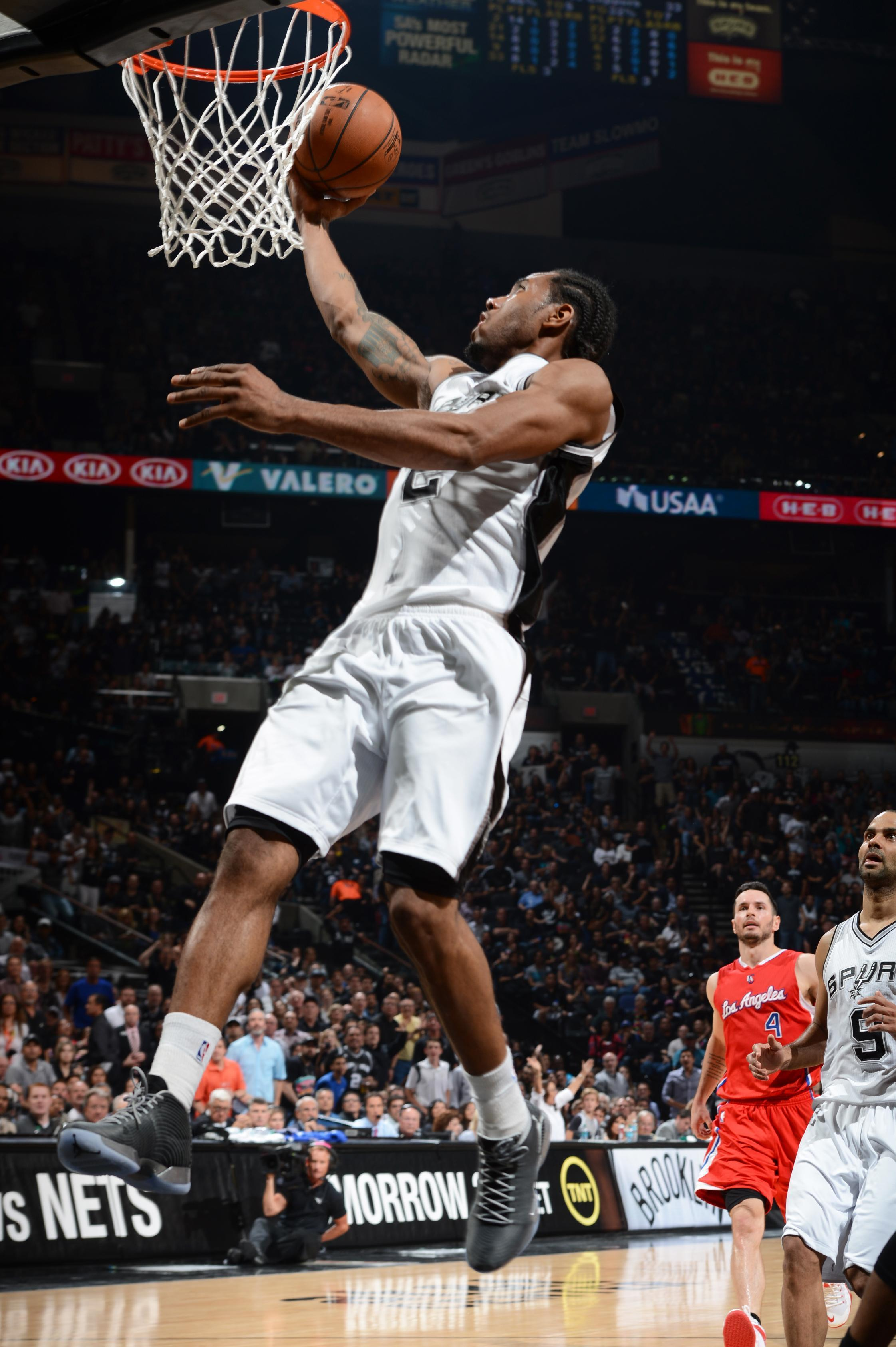 Leonard leads Spurs to 100-73 win over Clippers and 2-1 lead