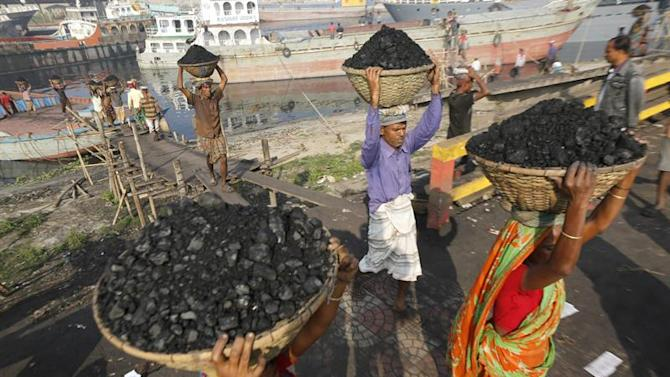 AAA10. Dhaka (Bangladesh), 01/02/2015.- Daily laborers carry coal in baskets as they unload a barge at the banks of the Buriganga river during a 72-hours long country wide strike called by the Bangladesh Nationalist Party (BNP), at Gabtoli in Dhaka, Bangladesh, 01 February 2015. BNP led 20-party has announced shut down while violence erupted in different parts of the country after former prime minister Khaleda Zia called a nationwide transport blockade on 05 January, the first anniversary of a controversial election that her Bangladesh Nationalist Party (BNP) and allies boycotted. EFE/EPA/ABIR ABDULLAH