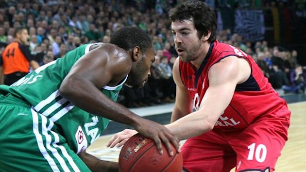 Zalgiris Kaunas' Oliver Lafaette (L) and Caja Laboral Vitoria's Taylor Rochestie (R) vie for the ball during a Euroleague match (AFP)