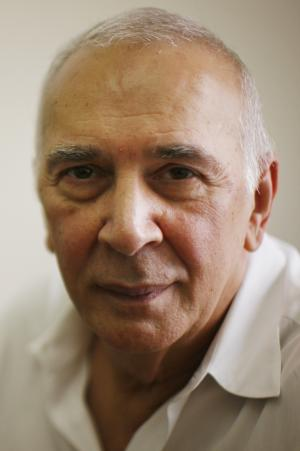 """FILE - In this Aug. 20, 2008 file photo, Actor Frank Langella poses for a portrait at the Roundabout Theatre Company in New York. Langella's memoir, """"Dropped Names: Famous Men and Women As I Knew Them,"""" goes on sale Tuesday, March 27, 2012. The book is a collection of 66 impressionistic sketches of movie stars, social celebrities, Broadway icons, politicians and writers. (AP Photo/Ed Ou, File)"""