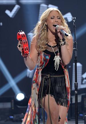 "In this April 25, 2012 photo released by Fox, contestant Elise Testone performs on the singing competition series ""American Idol,"" in Los Angeles. (AP Photo/Fox, Michael Becker)"