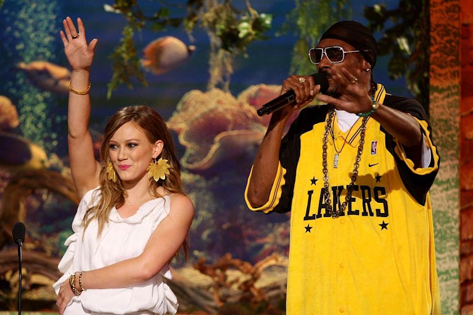 Hilary Duff and Snoop Dogg onstage at the 2007 Teen Choice Awards.